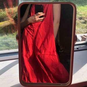 As härlig knallröd klänning från Cos! Nästan aldrig använd så i nyskick. Köpt för 900kr