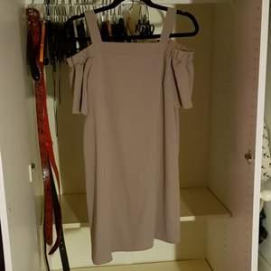 nude/ljusbrun färgat off shoulder klänning. oanvänd