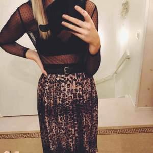 Svin snygg kjol köpt på thuns i one size i leo print. Passar alla storlekar. Jag är en S men den passar även större storlekar.
