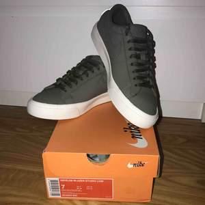 Dessa skornas ordinare pris har jag glömt men går säkert att googla fram Som man ser på bilden är de helt oanvända Färgen: Urban Haze  Går ej att köpa i butik längre Köptes på Sneakers n Stuff