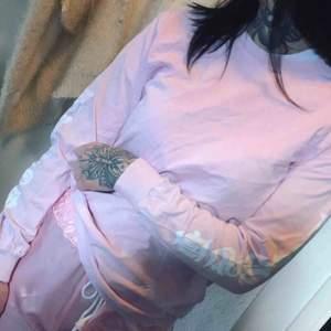 Long sleeve från Monami Frost. Står frost på armarna