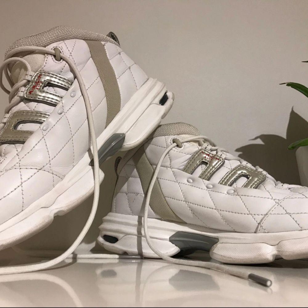 Snygga skor från Reebok, helt oanvända, med quiltade detaljer. Skor.