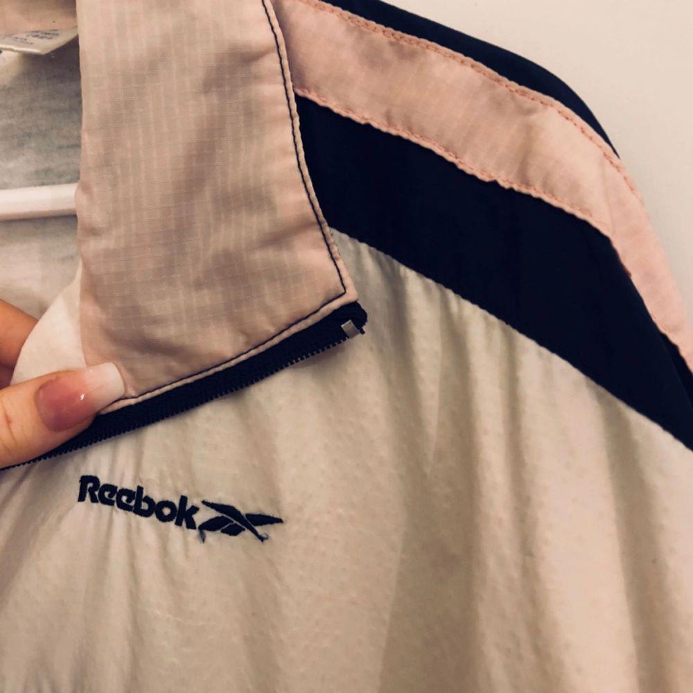 Loose fit! Skönt tyg inuti, funkar fint att ha över tex. vinterjacka!  Ljusrosa stripes<3   •Alltid tvättat, struket och vikt när ni får plagget•. Jackor.