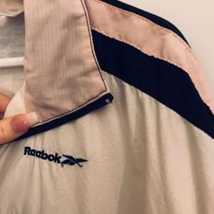 Loose fit! Skönt tyg inuti, funkar fint att ha över tex. vinterjacka!  Ljusrosa stripes<3   •Alltid tvättat, struket och vikt när ni får plagget•