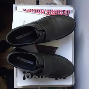 Mörkgröna läderskor från Other stories, använda en gång. Nypris 950 (prislapp kvar under skon)