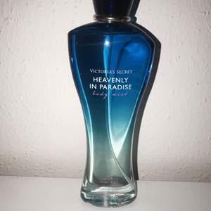 En parfym från victoria's secret. Näst intill oanvänd så den är nästan full. Luktar väldigt gott, ganska fruktigt och sött