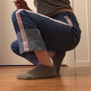 Snygga jeans med stripes på sidorna. Dem går rakt ner och har högmidja. Supersnygga 😊