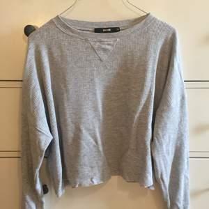 Snygg kort ljusgrå tröja