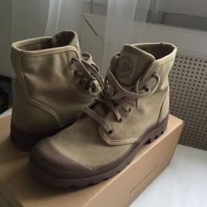 skor från palladium i färgen dark khaki, beställdes från internet men aldrig använda pga fel storlek. kartong finns kvar. köparen betalar frakt.