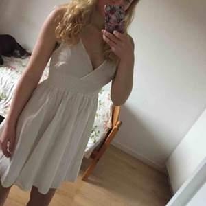 Så fin klänning, enbart använd vid ett tillfälle så i toppenskick! Perfekt till exempelvis student 🌸  Storlek 34 men passar även 36.