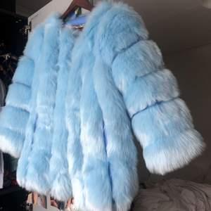 Helt ny, oanvänd Faux Fur pälsjacka. Storlek S.