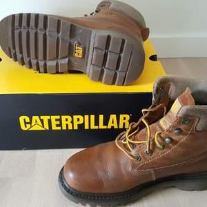 CAT kängor, modell Bruiser, brun (Rockwood), storlek 40, läder. Lite använda, i originalförpackning. Nypris ca 1.200 kr. Säljes för 600 kr.