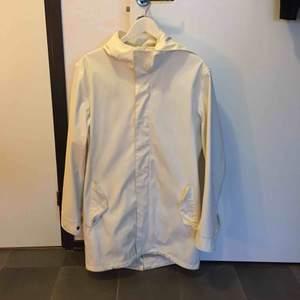 Cool regnrock köpt på Jack n Jones för ett par år sen! Välanvänd men fortfarande i gott skick, perfekt för en fashionkiller!