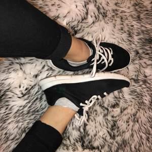 Säljer dessa fina svarta skor i stl 39! Varma och funkar hur bra som helst(: