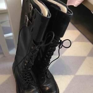 Sälja en vinter skor är som ny i storlek 37. Men passar i storlek 36 också. Pga har jag flera vinter skorrar