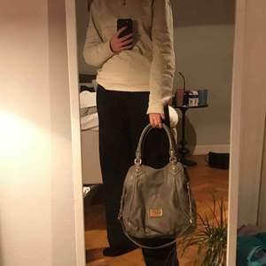 Den perfekta väskan från Marc by Marc Jacobs! Ser helt oanvänd ut förutom ett minimalt svart märke på baksidan av väskan som jag tror går att få bort. Dustbag medföljer! Inköpt på NK för 4500:- 💖 köpare står för eventuell frakt