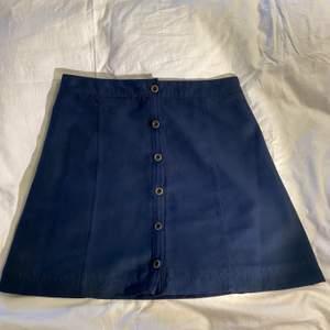Såå fin mörblå klockad kjol i mocka från Hollister. Har tyvärr blivit för liten. 😊  Storlek 1/XS  Priset är exklusive frakt. Rensar garderoben inför flytt så finns mycket kläder uppe till en billig peng. Kan sänka priset om du köper flera plagg.💘
