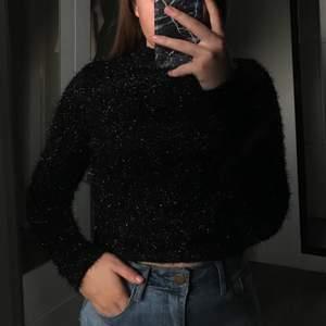 En svart och riktigt festlig tröja med polokrage!! Aldrig använd men säljer den för att den är för stickig i materialet för mig:( 40kr + frakt 22kr (tar bara swish)
