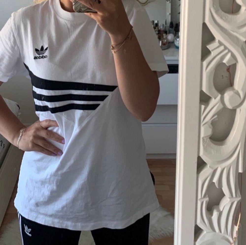 🔴 fler varor finns på Tise 🔴  heter @yaasemine där❤️             Adidas T-shirt använd endast en gång. Med slits på sidorna. Storlek 36 men kan även passa större eller mindre beroende på hur man vill att den sitter. Jag är en 34-36. . T-shirts.
