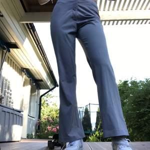 Vida kostymbyxor i en ljusgrå färg med inslag av ljuslila. Märket är Sand och storlek är 38. Inköpta på secondhand i år och i väldigt fint skick. Använda ca 2 gånger. Kostnaden för frakt/leverans står köparen för.💗❤️