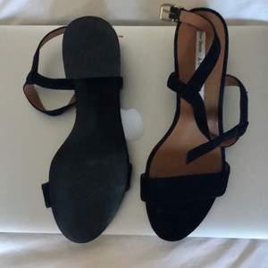 Knappt använda sandaletter med 5 cm klack från & Other Stories. Storlek 36. Ord. Pris 790.