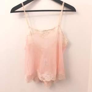 Ett yk2-inspirerat rosa linne från H&M i storlek S som även passar strl M. Använt några gånger och i bruksskick men inga defekter