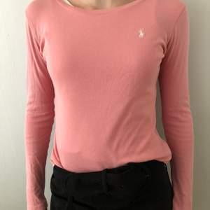 Jag säljer denna tröjan från Ralph lauren som endast är använd ett par gånger. Jag skulle säga att den passar en xs. Frakten ingår.💗