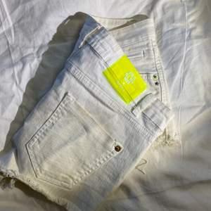 Vita jeansshorts från berska med hög midja. 3 år gamla. Storlek 36/S.  😊  Priset är exklusive frakt. Rensar garderoben inför flytt så finns mycket kläder uppe till en billig peng. Kan sänka priset om du köper flera plagg.💘