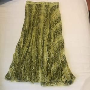 Ormskinn och lime gul plisserad längre kjol från Weekday. Aldrig använd i strl 36.