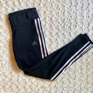 Jättefina Adidas tights som bara är använda cirka 3 gånger då dom tyvärr alltid varit lite för små för mig. I perfekt skick, köpta på Stadium. 💞 Nypris runt 300 kr.