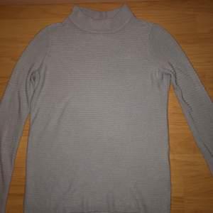 En grå tröja i storleken xs använd några gånger väldigt bra skick vid snabbaffär prisnedsänkningg