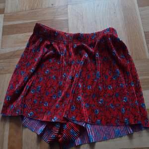 Ett par shorts från gina i bra skick, frakt är inkl i priset!