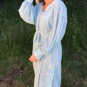 Superfin klänning från MQ. Köpt nyligen och bara använd en gång. Knyte i midjan, väldigt skön. Ordinarie pris 899:-. Jag är en M i vanliga fall. Men sitter bra eftersom att den går att knyta i midjan.