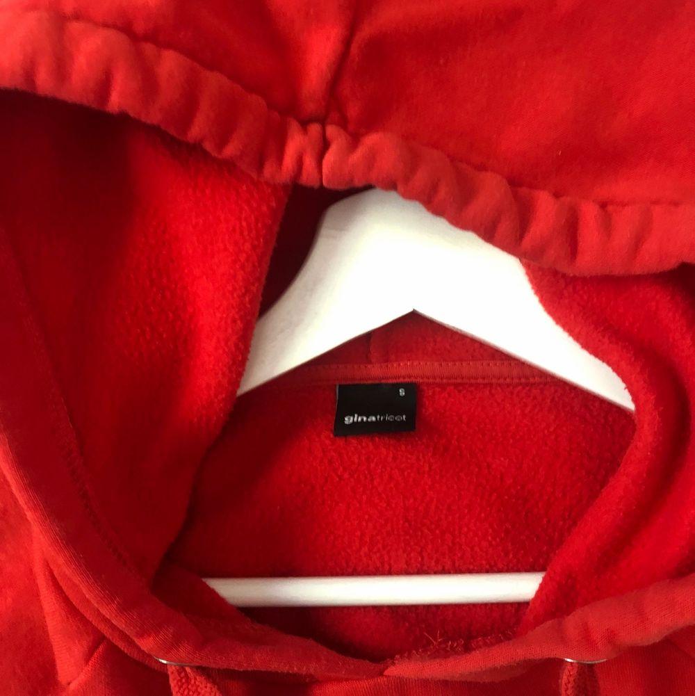 Fin hoodie, men som tyvärr inte kommer till användning längre då det inte riktigt är min stil. Startbud 66kr + frakt. Huvtröjor & Träningströjor.