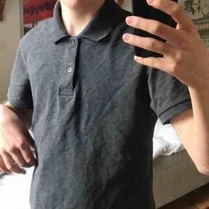 Svart/Grå tröja från Uniqlo jättefint skick. Original pris 400. Bara använt runt två veckor, anledning till att jag säljer är för att den blev för liten