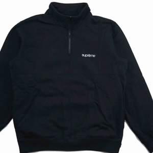 Äkta supreme color blocked halv zip hoodie. Inköpt i London på supreme butiken, dessvärre har jag inte kvar kvittot eftersom det var längesen och planerade inte att sälja den. Använd enstaka gånger.