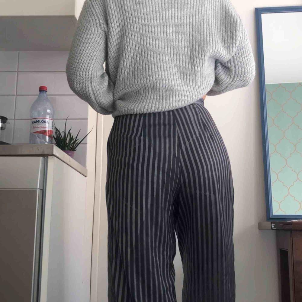 Jules Aop Trousers från Weekday i polyester, grönrandiga, lätta och luftiga med vida ben. Möts helst upp med köparen💚. Jeans & Byxor.