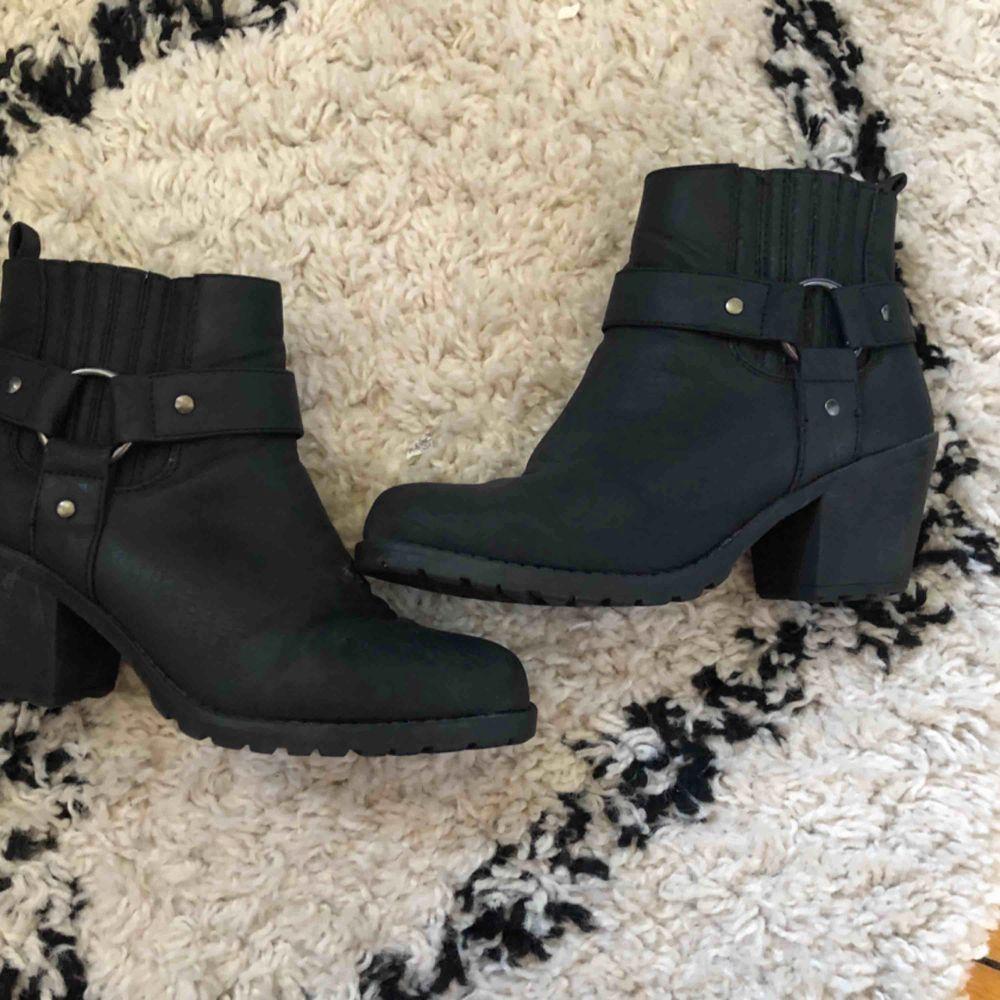 Fina skor som är använda fåtal gånger sparsamt kan fraktas. Skor.