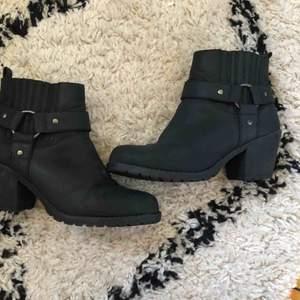 Fina skor som är använda fåtal gånger sparsamt kan fraktas