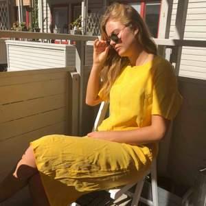 Fantastisk gul klänning från Weekday som går strax nedanför knäna och har en slits där bak. Oanvänd.  Kan mötas upp i Göteborg eller frakta!