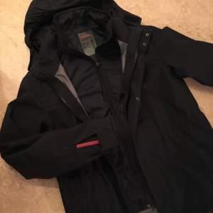 Säljer Min pojkväns Prada jacka:)  fräsch och galet snygg, passar inte längre därav säljer vi den🌸 det är två jackor som hör ihop. En tjockare nylon jacka och en tunnare vindjacks liknade jacka.