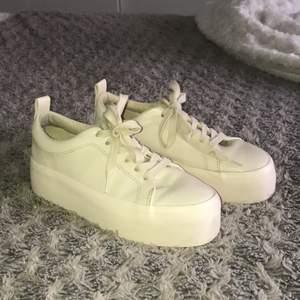 Beiga skor från zara i storlek 36. Har använt gång bara. Super fina och bra skick. Skriv om du har någon fråga💕