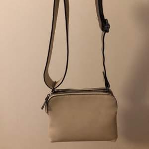 Säljer denna beiga väska från Lindex. Använd en del förra året men det finns inga defekter på väskan. Man kan justera axelbandet och både ha den som en axelremsväska och som en cross body bag. Den har två fack.