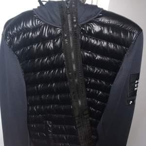 säljer denna snygga jackan i storlek L, väldigt bra skick!