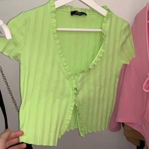 Lite ljust limegrön blus från bershka, använd ett fåtal gånger och säljer för att den är för stor. Frakt tillkommer :)