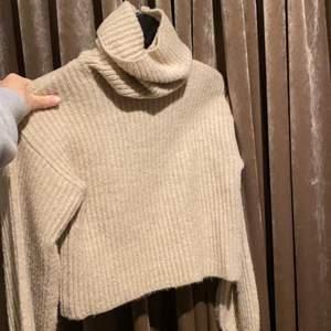 Stickad grå jätte mysig tröja med krage från Linn ahlborgs kollektion, lite små kroppad o näst intill aldrig använd🕺