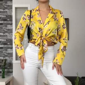 Här har vi en blommig satin blus/skjorta som har en fin gul färg och två band som man kan knyta hur man vill. Väldigt söt, snygg & elegant! Från Carlings. Originalpris: 399kr. Köpare står för frakt(48kr)! Storlek: 38(passar även 36). Använd en gång.