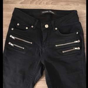 Svarta jeans men snygga dragkedjor på framsidan ifrån märker Denim Rebel. Fraktkostnaden kan eventuellt bli billigare vid köp av flera plagg. Leveransen är spårbar.