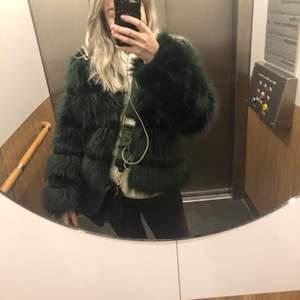 Fuskpäls från Chiquelle, superfin emerald/mossgrön färg storlek S🌸 Sparsamt använd och köpt för 2 år sedan (nypris 800kr) pris kan diskuteras och köparen står för frakten💞