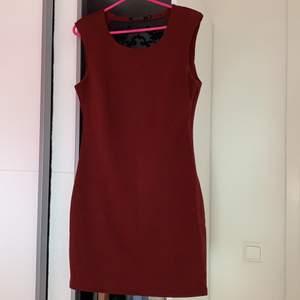 Så snygg klänning i vinrött men svartspets där bak och dragkedja vid sidan, jättefint skick! Storlek M, kan passa storlekar under bara att den kanske inte sitter så tajt då. Frakt tillkommer💓